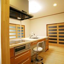 座って家事ができる広々キッチンメイン画像
