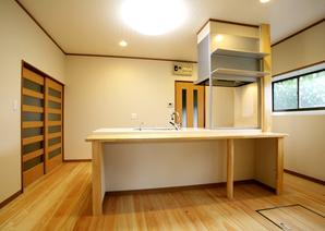 座って家事ができる広々キッチン中画像